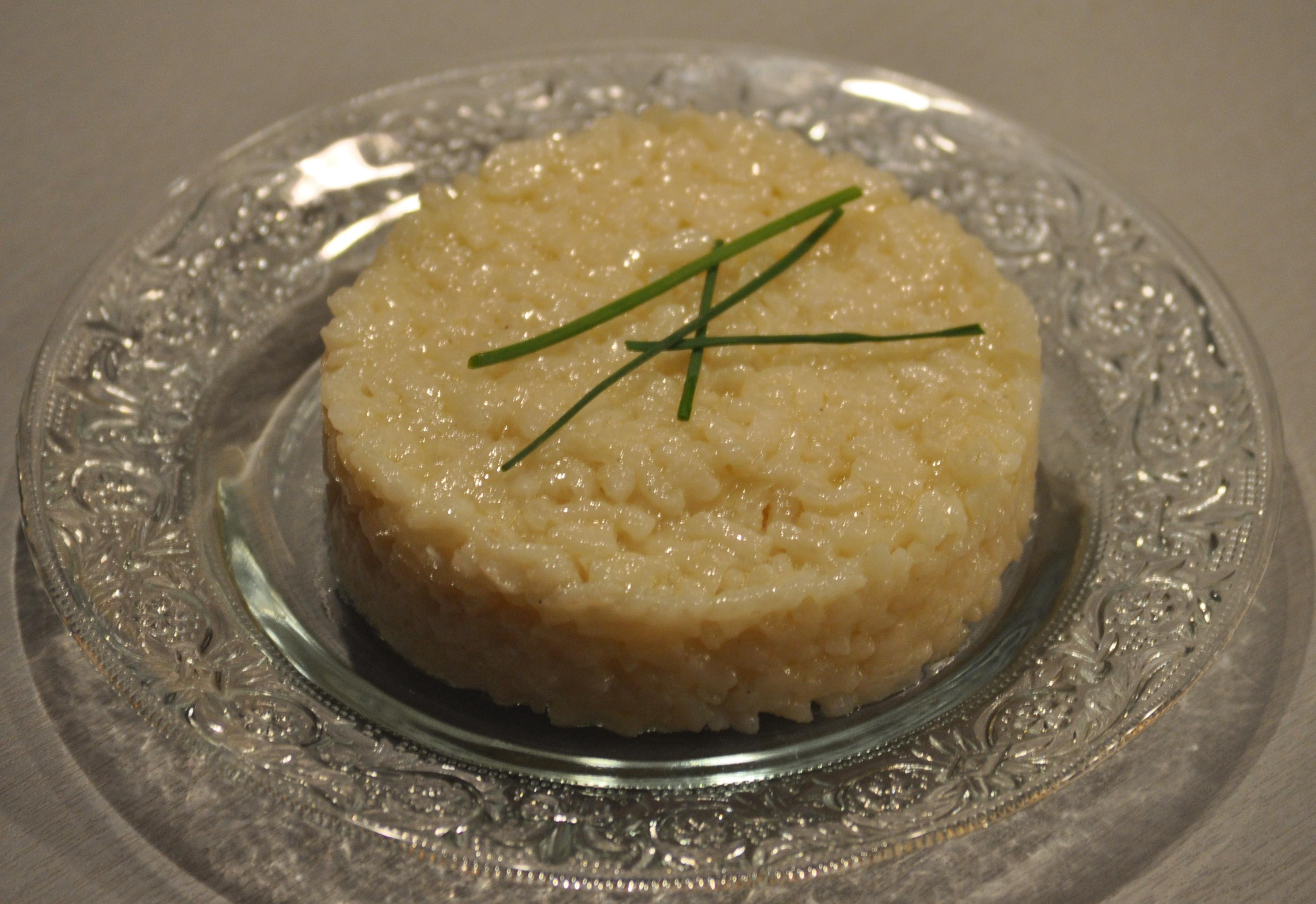 Ingrédients 300 g de riz arborio 50 g d'oignon blanc 10 cl d'huile d'olive 8 cl de vin blanc 90 cl bouillon de volaille 30 g de parmesan 15 g de beurre sel et poivre Epluchez l'oignon et coupez-le grossièrement. Mettez-le dans le robot muni du couteau hachoir ultrablade et mixez en vitesse 11 pendant 10 s. Remplacez le couteau par le mélangeur, ajoutez l'huile d'olive et lancez le programme mijoté P1 sans le bouchon pour 7 minutes. Lorsque le minuteur indique qu'il reste 4 minutes, ajoutez le riz. Lorsqu'il ne reste qu'1 minute, ajoutez le vin blanc. A la fin du programme, ajoutez le bouillon de volaille et lancez le programme mijoté P3 à 95°C pour 20 minutes avec le bouchon. A la fin de la cuisson, ajoutez le parmesan et le beurre et mélangez délicatement. Rectifiez l'assaisonnement et servez sans attendre.